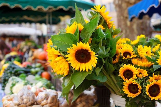 Mercado dos fazendeiros e girassóis
