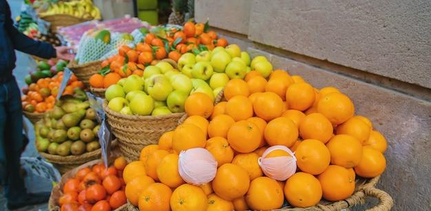 Mercado empata com legumes e frutas. foco seletivo.