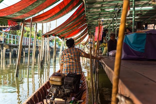 Mercado flutuante de wat takien em nonthaburi tailândia