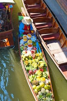 Mercado flutuante tradicional em damnoen saduak, perto de bangkok. tailândia