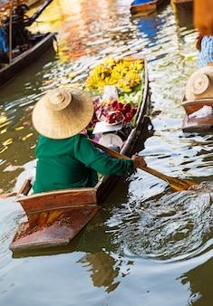 Mercado flutuante tradicional em damnoen saduak, perto de bangkok