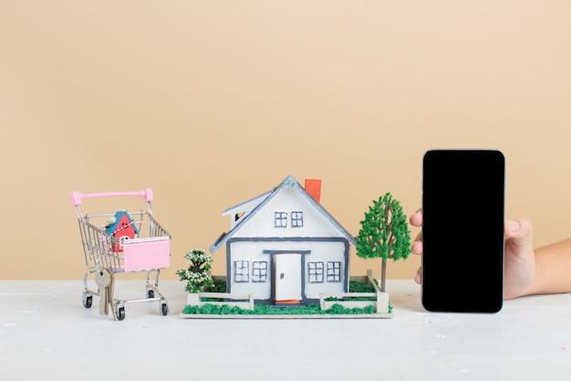 Mercado imobiliário com casa, carrinho de compras e telefone