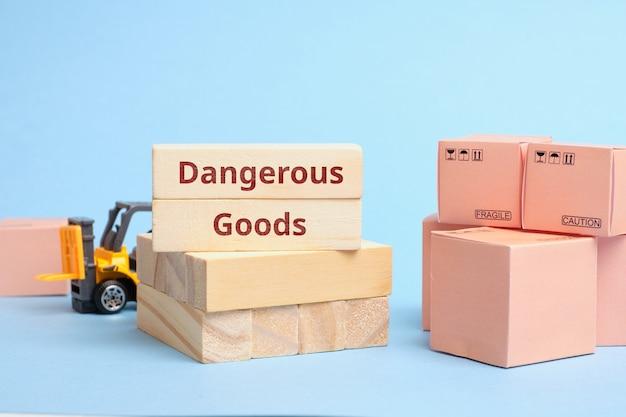 Mercadorias perigosas do termo da indústria de correio. carga que requer embalagem especial e regras de transporte.