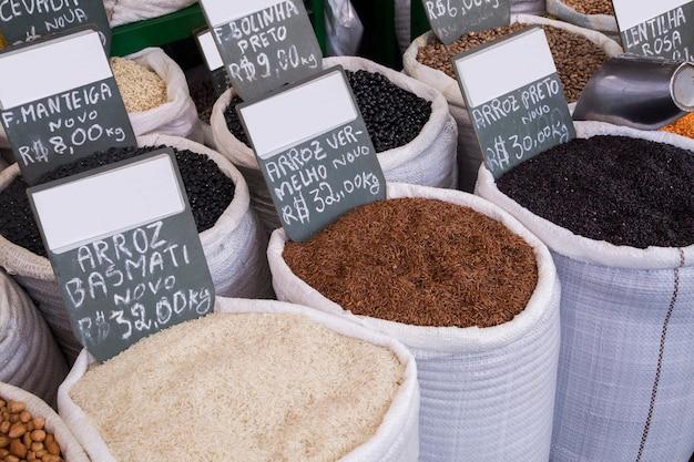 Mercearia à venda no mercado municipal de curitiba.