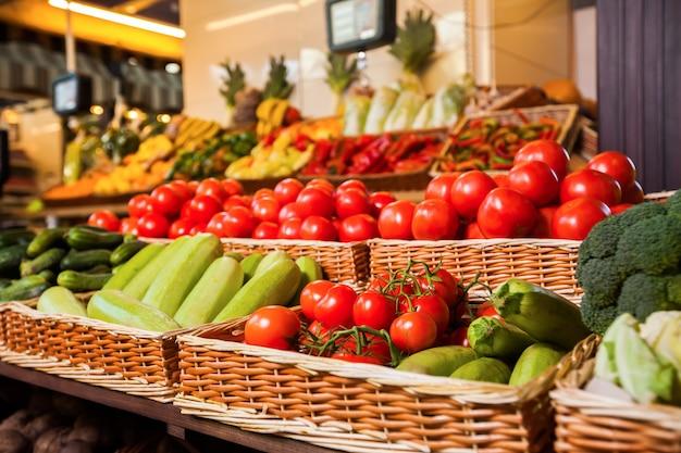 Mercearia com frutas e vegetais frescos.