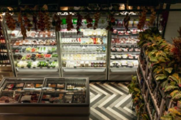 Mercearia pequena e aconchegante com geladeiras e comida gelada dentro. legumes e frutas, carne e leite. vista de cima. borrado.