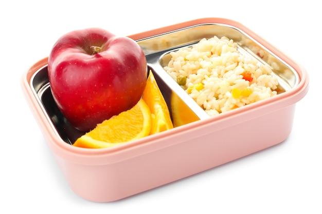 Merendeira escolar com comida saborosa em branco