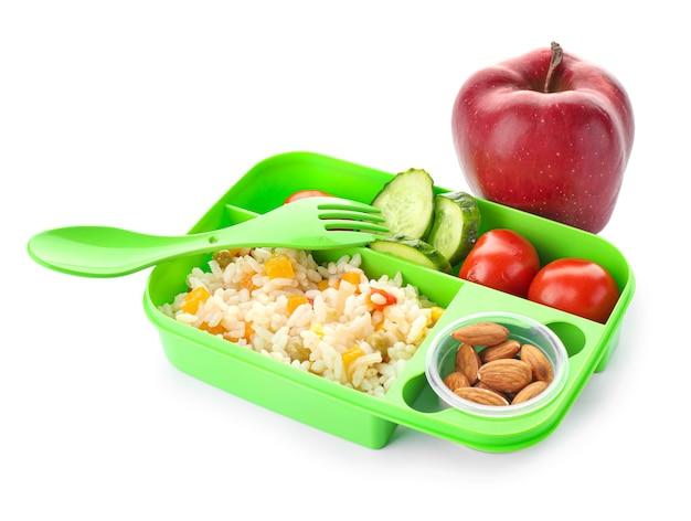 Merendeira escolar com comida saborosa em fundo branco