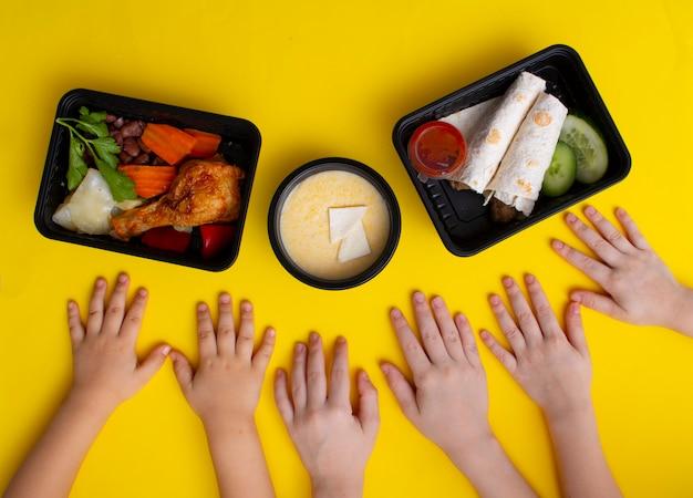 Merendeira escolar com mingau de carne, legumes, composição plana, vista superior