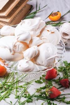 Merengue com damasco e morango