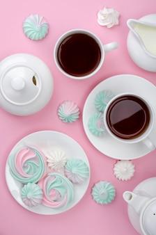 Merengue cor-de-rosa de turquesa em um fundo cor-de-rosa. festa do chá.