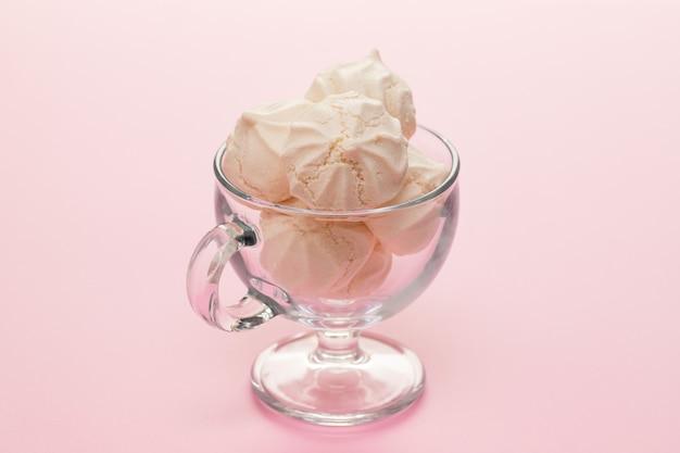 Merengues no prato na superfície rosa