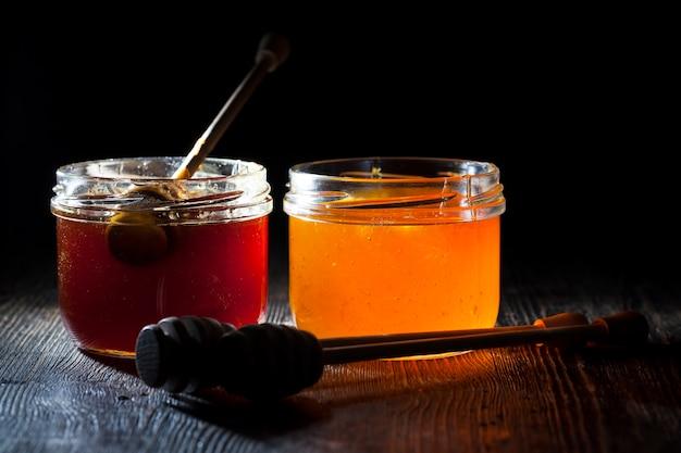 Mergulhado em mel feito especialmente de madeira, colher grossa caseira, mel de abelha doce e colher de pau que permite transferir e despejar o mel sem pingar e espalhar