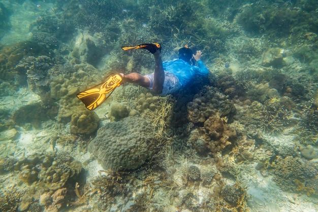 Mergulhador com snorkel