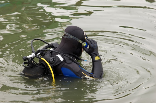 Mergulhador entrar na água
