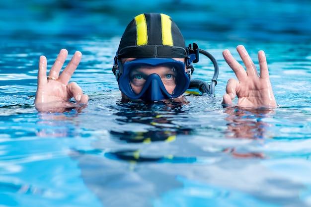Mergulhador fazendo o sinal de ok com as mãos