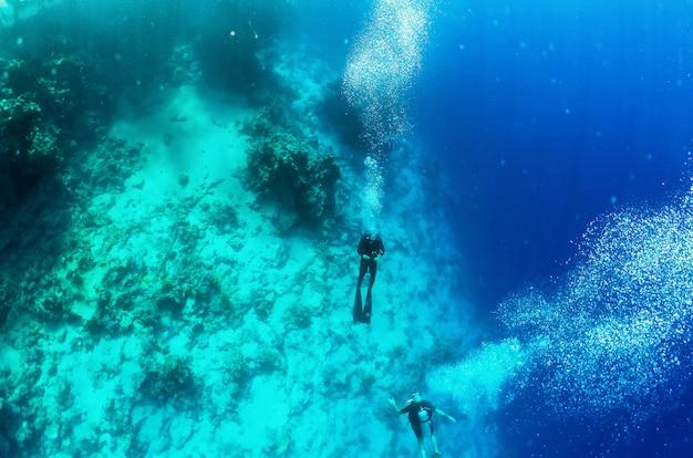 Mergulhadores afundaram no fundo do mar vermelho