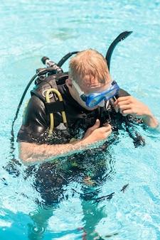Mergulhadores na superfície da água prontos para mergulhar