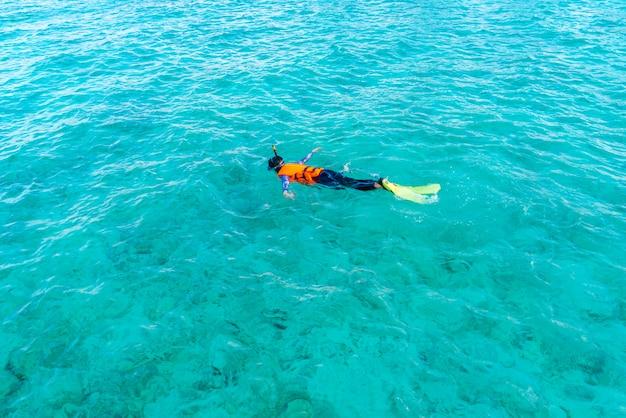 Mergulhar na ilha tropical de maldivas.