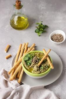 Mergulhe com feijão mungo, hortelã e sementes servidos com grissini ou palitos de pão salgado.