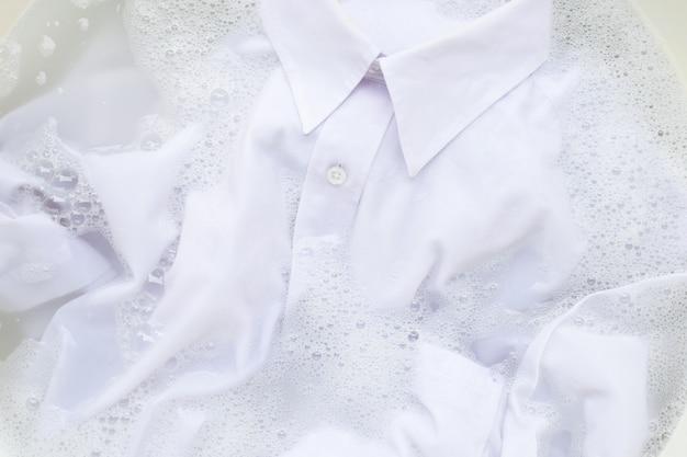 Mergulhe o pano antes de lavar, camisa branca