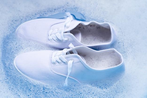 Mergulhe os sapatos antes de lavar. limpeza de tênis sujos.