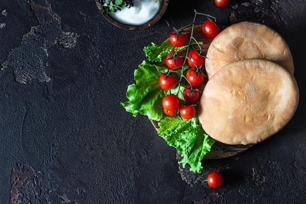 Mergulho de queijo creme libanês do oriente médio tradicional com pão árabe.