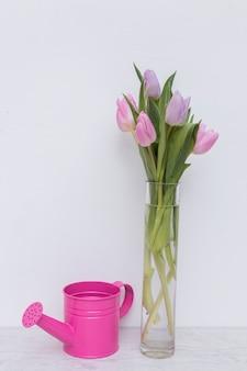 Mergulho e tulipas em vaso