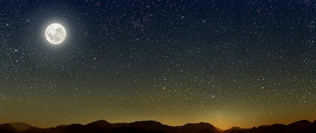Mês com estrelas de fundo, o céu brilha sobre as montanhas