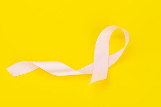 Mês da conscientização do câncer de mama de outubro, fita rosa em amarelo
