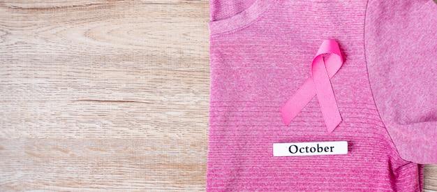 Mês de conscientização do câncer de mama com fita rosa