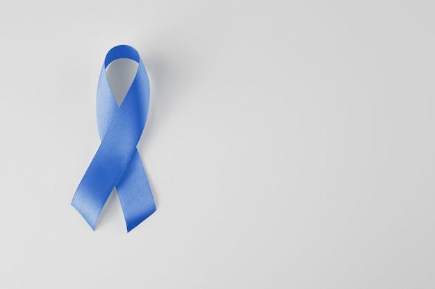 Mês de conscientização do câncer de próstata. símbolo de fita azul do mês mundial do câncer de próstata e o conceito de healhcare. copie o espaço.