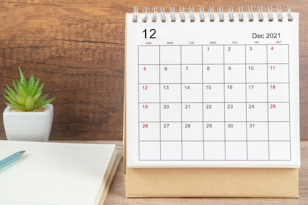 Mês de dezembro, mesa de calendário 2021 para o organizador de planejamento e lembrete sobre a mesa. conceito de reunião de compromisso de planejamento de negócios