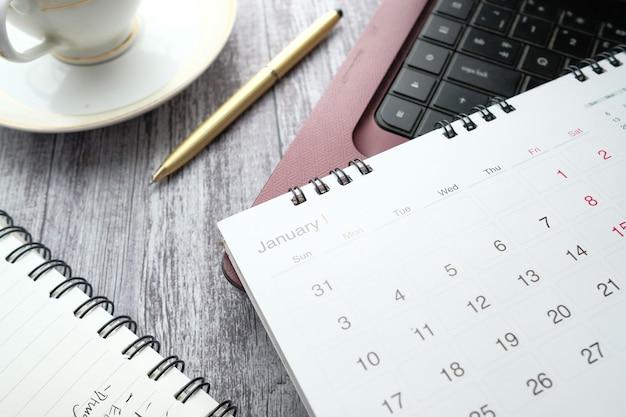 Mês de janeiro no calendário na mesa do escritório