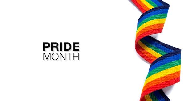 Mês do orgulho com estilo vertical da fita de listra do arco-íris em espiral isolado no fundo branco. conceito lgbt com cores do orgulho e faixa da bandeira do arco-íris. fundo de banner lgbt.