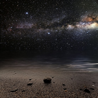 Mês em um céu estrelado de fundo refletido no mar. elementos desta imagem fornecidos pela nasa