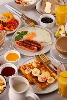 Mesa alta cheia de deliciosos arranjos de comida