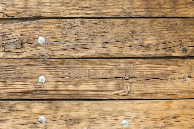 Mesa antiga de madeira leve natural com textura de pregos de ferro Foto Premium