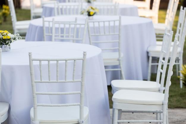 Mesa ao ar livre na recepção do casamento