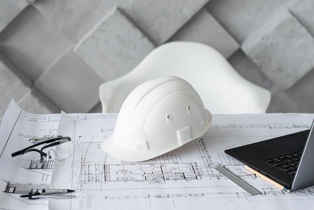 Mesa arquitectónica com ferramentas de trabalho