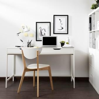 Mesa arrumada e organizada com cadeira