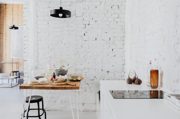Mesa bagunçada em decoração minimalista de cozinha