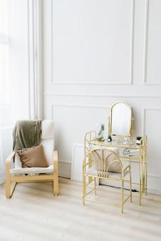 Mesa boudoir e cadeira com cobertor e travesseiro