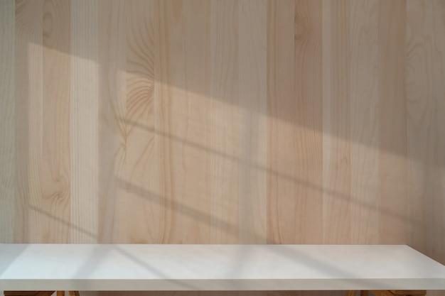 Mesa branca com parede de madeira.