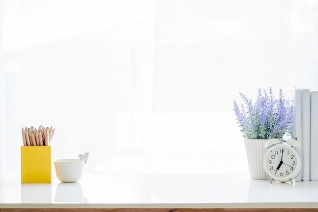 Mesa branca de maquete com suprimentos e espaço de cópia.