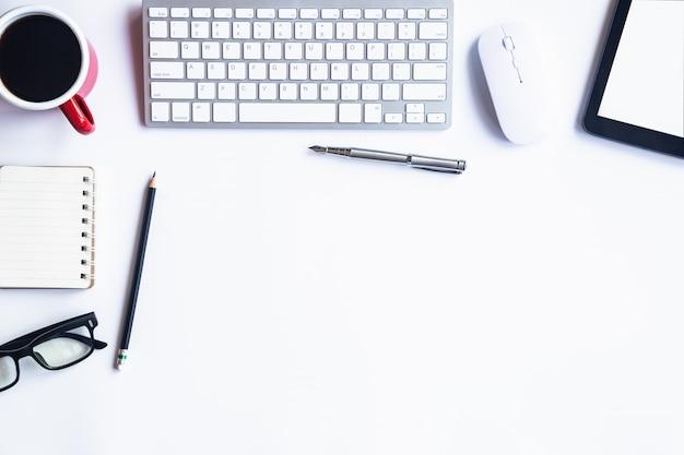 Mesa branca officeon plana leigos. vista superior com espaço da cópia para a entrada do texto.
