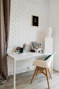 Mesa branca para materiais de arte