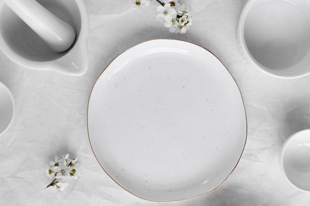 Mesa branca para um delicioso arranjo de refeição