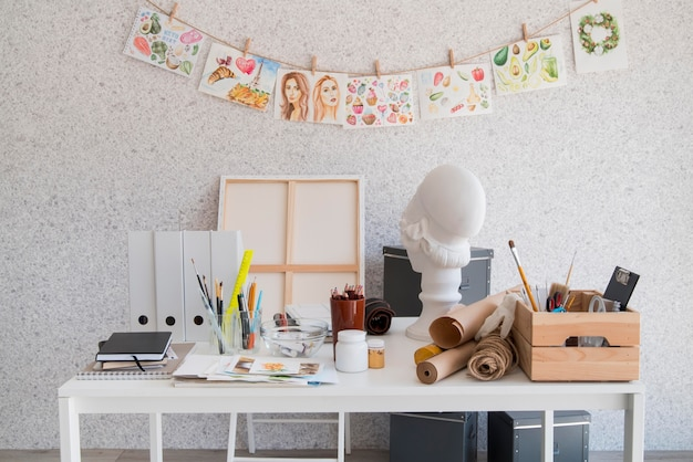 Mesa branca segurando suprimentos de pintura