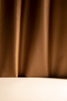 Mesa branca vazia na frente da cortina marrom